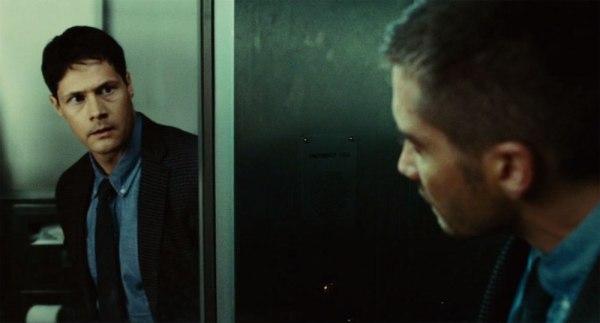 Kun Colter katsoo peiliin, takaisin tuijottavat vieraat kasvot.